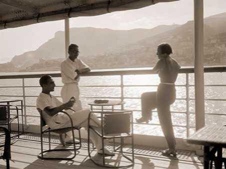 Jeunes gens sur le pont d un bateau dans la baie de Monte Carlo 1920