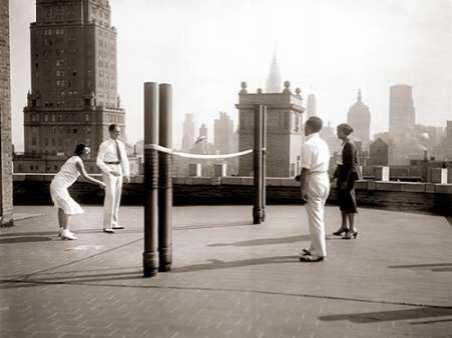Une partie de deck - tennis sur la terrasse du toit de l hotel Delmonico de New York 1925